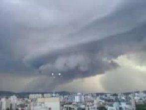 Estranhos objetos luminosos são vistos no céu de Porto Alegre e Região Metropolitana desde ontem (09/11). Testemunhas também filmaram algo...