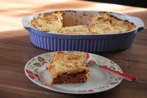Ihr Liebt Lasagne aber wollt Kalorien sparen?  Hier habe ich ein wirklich tolles und einfaches Rezept einer Lasagne (ohne die kalorienreiche Bechamel Soße!).  Eine mal andere Version des Lasagne Klassikers und dieses Rezept ist immer wieder variierbar mit anderen Gemüsesorten :) ( Aubergine, Paprika, ... usw )  Viel Spaß beim ausprobieren.
