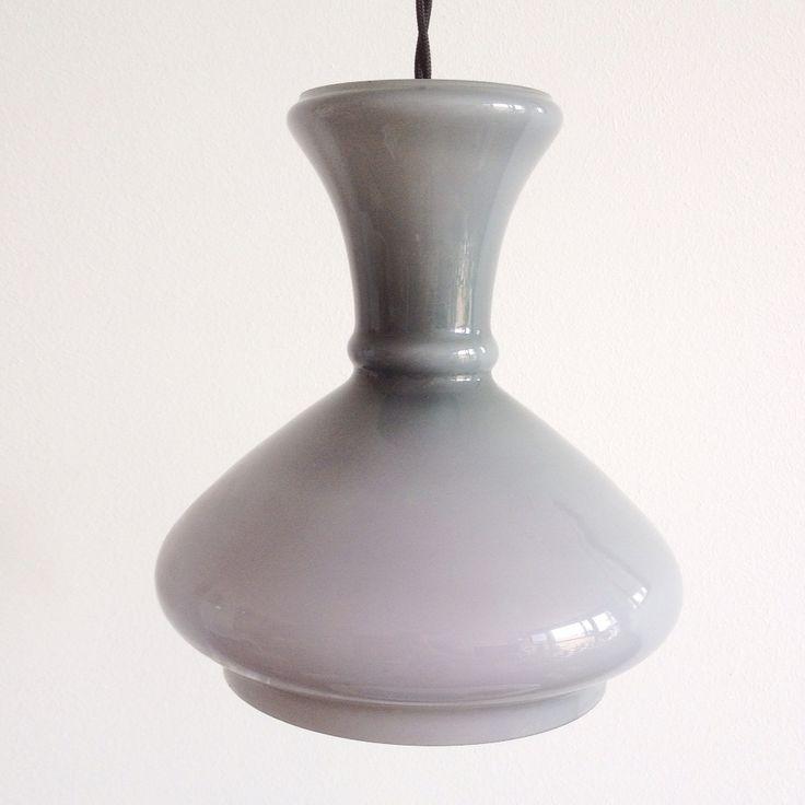 Lámpara vintage opalina gris años 70. (Aprox. 210x190 mm Alt x Anch) Puedes personalizar tu lámpara por encargo. Disponemos de diferentes accesorios y cables de colores.