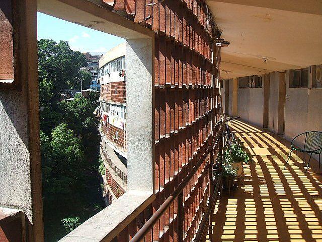 Pedregulho, pela janela. | Conjunto Residencial Mendes de Morais - Conjunto Pedregulho. Benfica, Rio de Janeiro, RJ. Projeto de Affonso E. Reidy.  Pedregulho, pela janela. Jan.2008