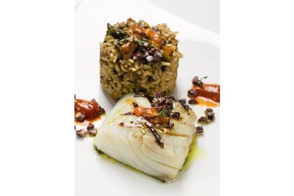 Receta de bacalao a la parrilla con arroz de morcilla y erizo de mar. Un plato perfecto para preparar en un cena de invitados y de éxito asegurado.