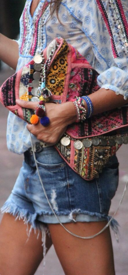 Farben, Farben, bunte FARBEN: Ein wundervoller Hippie-Trend dieses Jahr sind bunte Stickereien, vorzugsweise im Ethnostyle auf eigentlich jedem Kleidungsstück. Ob Schuhe, Taschen, Pullis oder Mäntel - ein bunt-gestricktes Teil gehört für mich integriert in jedes Outfit. | http://www.my-dailycouture.com/