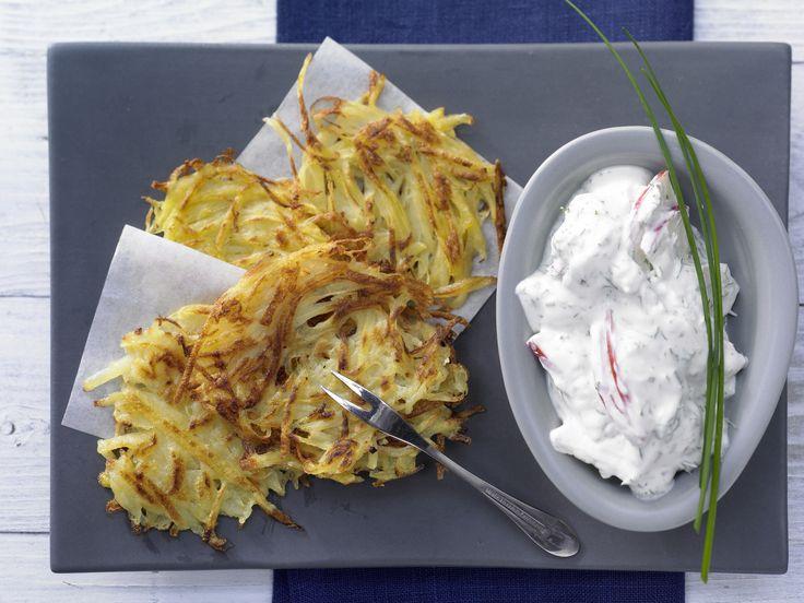 Der Frühling ist da! Leichte Rezepte wie unsere Kartoffelrösti mit Kräuterquark schmecken da gleich nochmal viel besser! Genießt die Sonne! Kalorien: 346 Kcal - Zeit: 15 Min. | eatsmarter.de