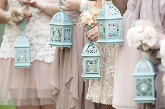 bruidsmeisjes dragen lantaarns in plaats van boeketten