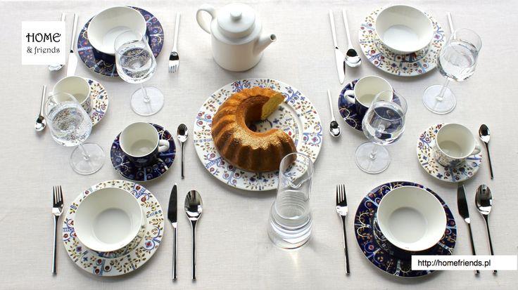 Na stole: porcelanowe #talerze i #filiżanki ze spodkami #Taika biała i niebieska, #kieliszki do czerwonego wina i #karafka na wodę, białe wino  #Essence, sztućce z wysokogatunkowej, nierdzewnej stali #Artik, #dzbanek na herbatę i #miski #Teema biała. #domówka
