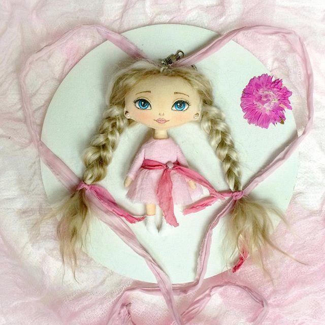 Доброго дня ☀️Смотрите кто у меня ещё появился ) крошечка совсем  12 см. Как же сложно на таких малявок платьишки шить .. я даже нервничала  хотя обычно весь процесс мне приносит удовольствие ) P.s. будет искать домик . . #кукла #текстильнаякукла #куклабрелок #брелок #keychain #куклаизткани #doll #artdoll #clothdoll #textiledoll #handmadedoll #кукларучнойработы #авторскаякукла