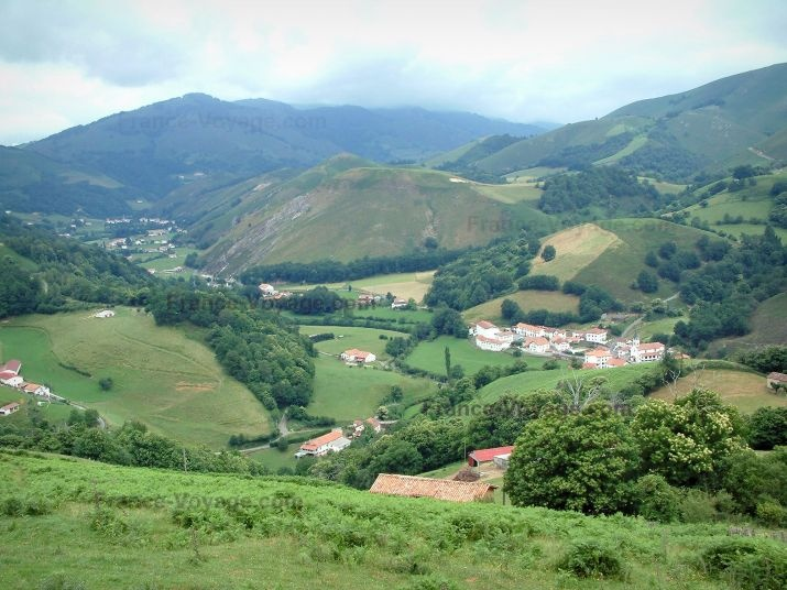 Aldudes valley: Mountains and hills covered with meadows and trees with small villages - France-Voyage.com
