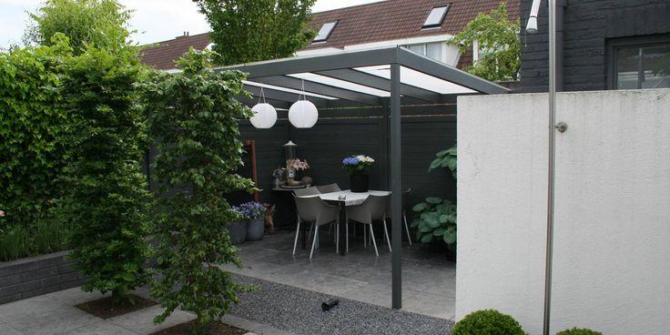 Kleine moderne achtertuin met extra zithoek achterin de tuin.