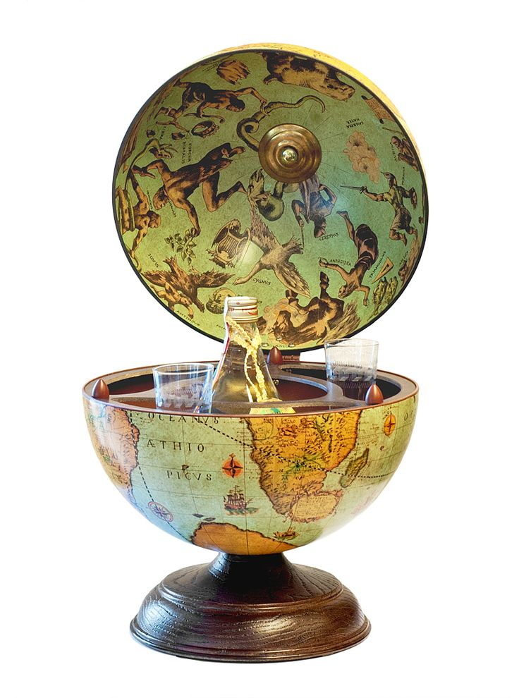"""Werelds! Deze houten tafel-bar-globe """"World Table Bar Globe"""". Met ruimte voor zes tot negen kleine glazen en een middelgrote fles. Hoogte 34,5 cm Doorsnede 28 cm"""