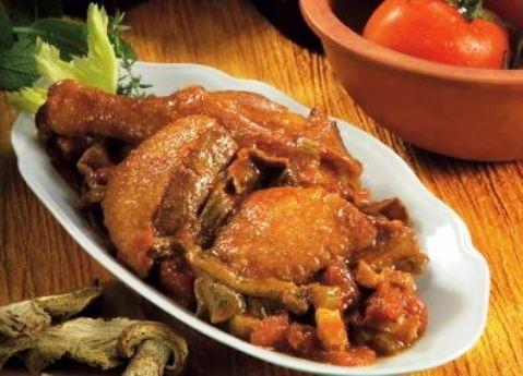 L'anatra alla romagnola si prepara tagliando l'anatra a pezzi e tritando le verdure per poi lasciarle appassire in una casseruola aggiungendo poi l'anatra e rosolandola a fiamma alta; a parte si cuoceranno i funghi con il vino unendoli alla carne e infine si verseranno nella casseruola anche i pomodori; al termine della cottura si servirà in tavola.  http://www.buonissimo.org/ricette/8410_anatraallaromagnola.asp