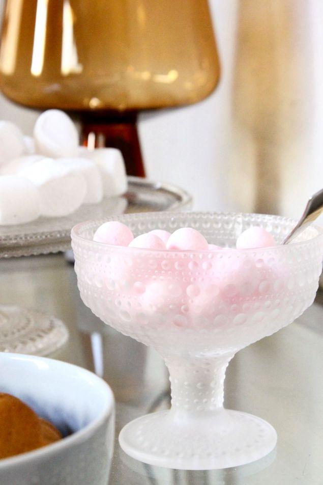 Iittala Christmas Home. Iittala + Kotipalapeli collaboration. Leimu lamp, Kastehelmi bowl and cake stand, Sarjaton pearl grey bowl.