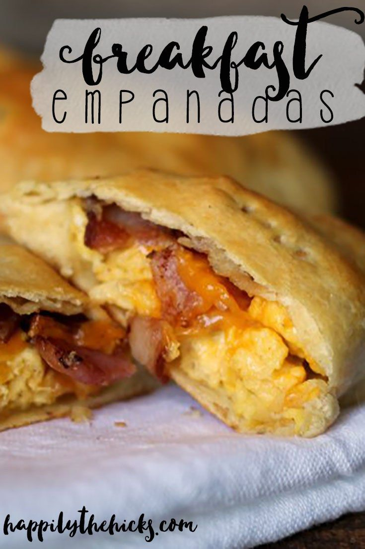 These breakfast empanadas are easy to make and full of some of your favorite breakfast foods- eggs, bacon and cheese! | read more at happilythehicks.com