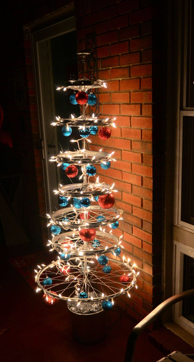 This would be the PERFECT tree to see in a bicycle shop, don't you think? alternative Christmas tree. Bicycle christmas tree