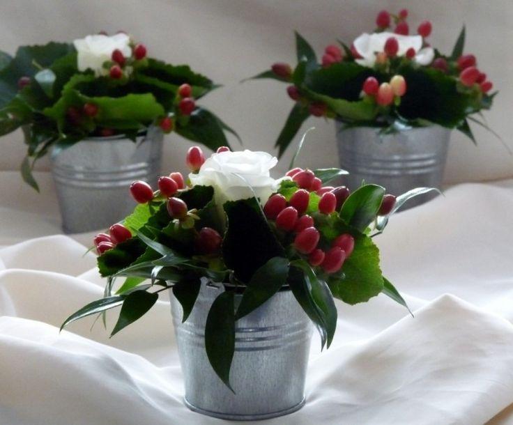 déco table de Noël: composition florale dans un mini seau