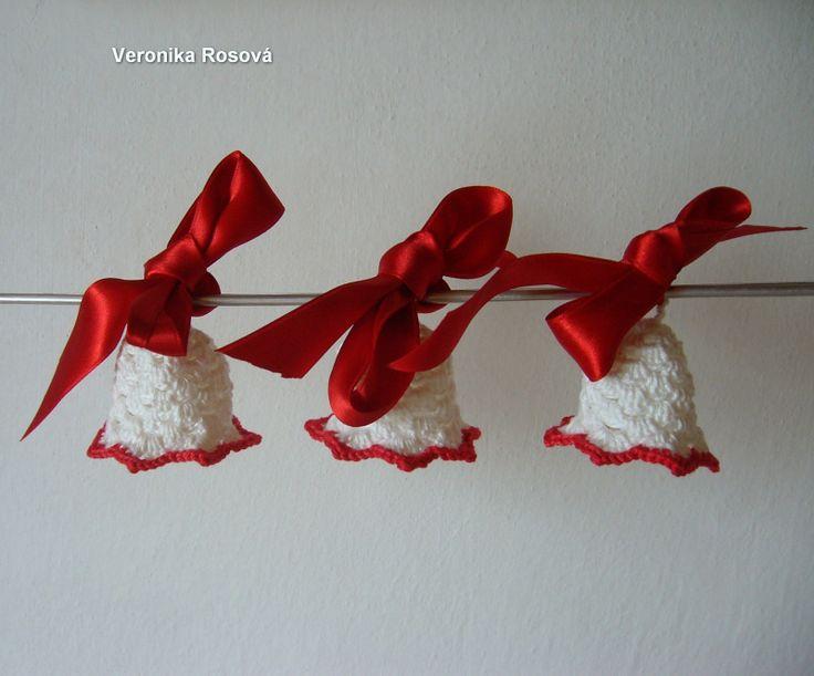 Vánoce v bílém II Háčkovaný zvoneček z bílé garden s červenou stuhou. Zvoneček je vysoký bez očka cca 4,5-5cm. Docela dobře drží tvar. Po odvázání stužky je možno ho naškrobit. Cena je za 1ks.