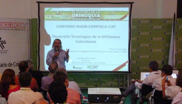 Elcio Guimaraes, director de investigación de América Latina y el Caribe del CIAT, centró su exposición en los avances actuales para el desarrollo tecnológico de la Altillanura colombiana durante la Feria Agro del Pacífico 2012.