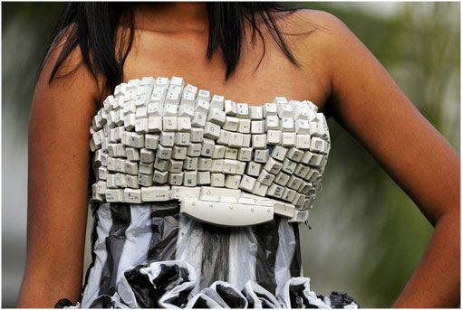 Vestido realizado con teclado de ordenador y plásticos.