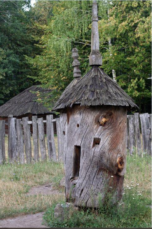 Старый деревянный пчелиный улей.