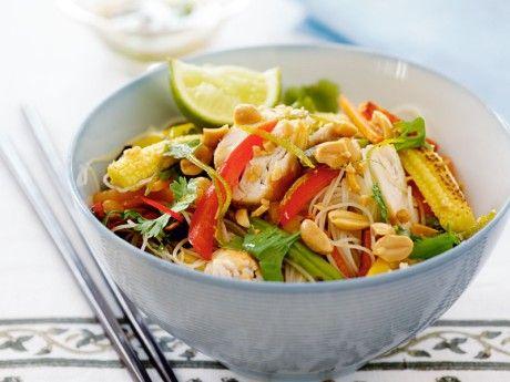 Recept på thailändsk nudelsallad med kyckling och jordnötssås. Jordnötter och thaidressing lyfter den här salladen och ger både smak och sälta.