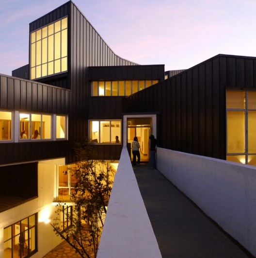 Universidad Adolfo Ibañez Campus in Viña del Mar, Chile  by José Cruz Ovalle & Associates (Hunter Douglas : Panel CD 430 SL) Productos Hunter Douglas de venta en ConstruMarket.