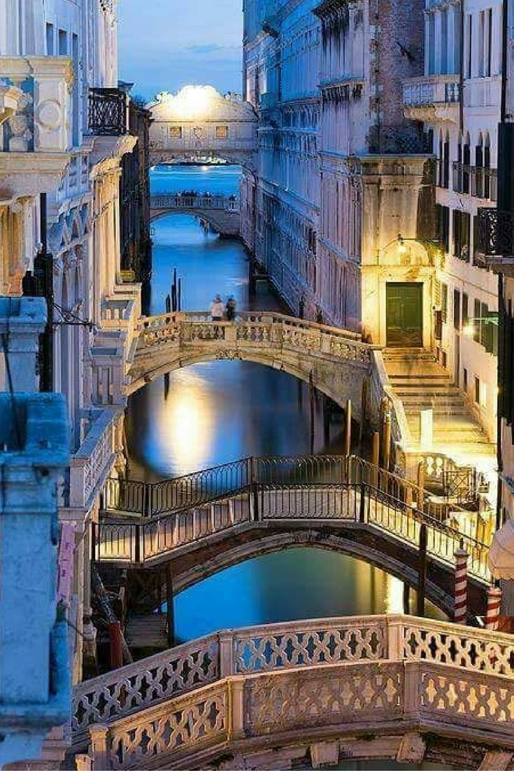 Prachtig! Dit doet iedereen toch denken aan Venetië? Vlieg naar deze romantische bestemming en wandel door de smalle straatjes van Venetië  https://ticketspy.nl/deals/ontdek-de-smalle-straatjes-van-venetie-retourticket-eindhoven-venetie-va-e24/
