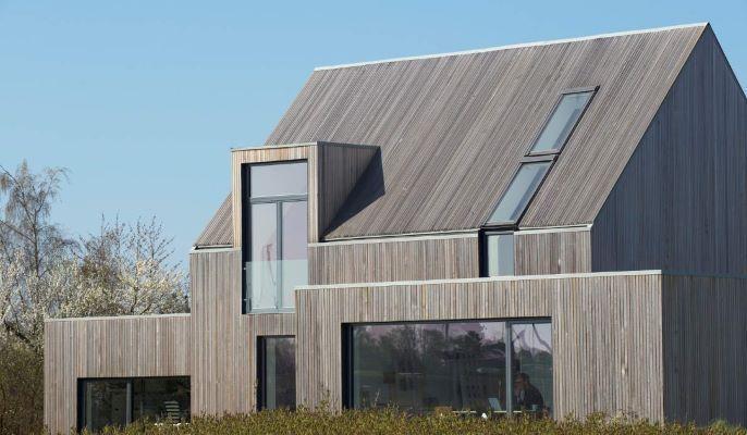 Trätak ger huset ett mer ekologiskt och naturnära utseende. Med både tak och ytterpanel i trä knyts tak och fasad samman till en naturlig helhet.