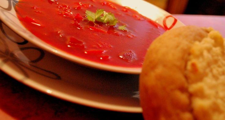 Przepis na barszcz rosyjski z plackami serowymi: Barszcz jest taką zupą, do której przygotowania nie potrzeba żądnych specjalnych przypraw, a i tak jest bardzo smaczna. Ponadto wygląda pięknie, bo ma czerwono-purpurowy kolor ze złotymi plamkami oleju słonecznikowego (niestety nie udało mi się zrobić takiego zdjęcia, na którym widać jaki ładny jest ten barszcz). Watruszki zwykle robi się na słodko, ale równie pyszne są ze słonym farszem serowym.