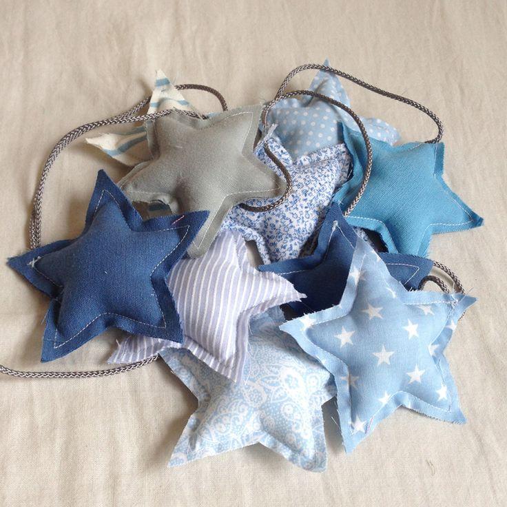 #Guirnalda de #estrellas en tonos azules hecha de diferentes retales de tela de algodón, para decorar la habitación de tu bebé o niñ@. 18,50€. #decoracion #stars #garland #decobaby #decokids