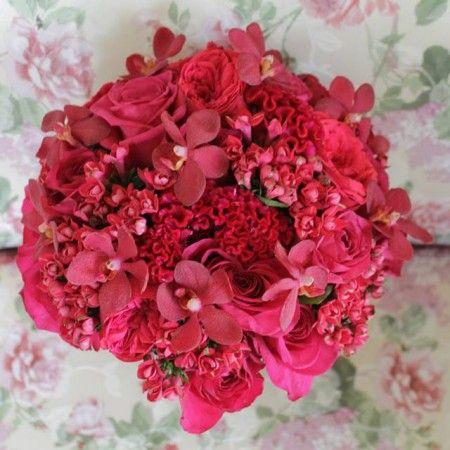 Buchet de mireasa  enrose fuchsia - O adevărată declarație de dragoste pentru rozul intens, acest buchet de mireasa fuchsia se potrivește unei firi expresive și îndrăznețe. Vă asigurăm că va atrage toate privirile, fiind în același timp o sursă cromatică de bună-dispoziție. Am folosit: trandafiri, celosia, orhidee Mokara și bouvardia. Un buchet de mireasa fuchsia, pentru un efect cromatic de mare intensitate.