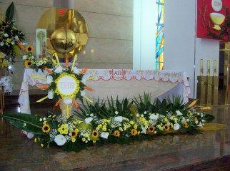 kompozycje na ołtarz - boże ciało - słoneczniki, kalie, margaretki, eustoma