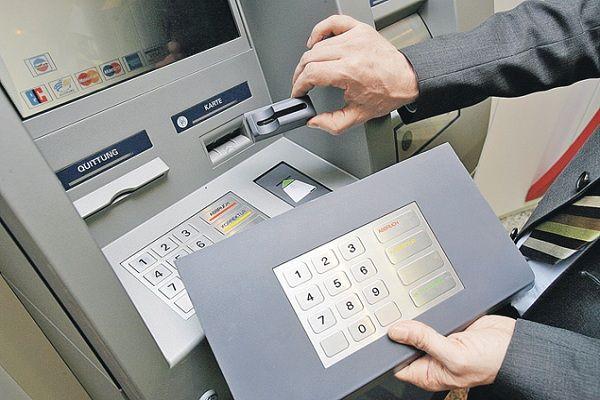 Самые распространенные способы мошенничества с карточными счетами | Думали ли вы о том, что может вас подстерегать в момент снятия наличных с банковской карты в банкомате? Нет? А зря! Даже такой способ хранения и снятия денежных средств может быть опасен для вашего бюджета. Многие коммерческие банки России, а также ЦБ РФ подтверждают тот факт, что количество махинаций по банковским картам увеличивается с каждым годом. И это несмотря на .....