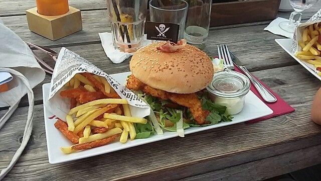 #piratesberlin #crunchychickenburger #normaleundsüßkartoffelpommes #sehrlecker #loveit #empfehlenswert #burger #pommes #sunnyday #niceday #happyday #food #foodporn #foodlove #einfachgenießen