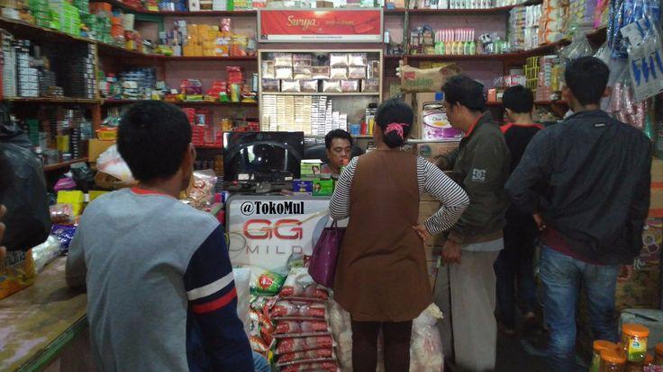 Pak Mul Sedang Melayani Konsumen Toko MUL Pembelian Grosir