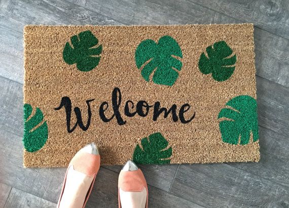 Notre paillasson « Bienvenue sauvage » est le moyen idéal pour créer une entrée invitant et summertime façon ! Script de bienvenue avec des feuilles de palmier en 2 tons de vert.  Tous nos tapis sont beige/naturel couleur marron. Les fibres de coco naturel de la paillasson sont de lenveloppe de la noix de coco qui est moule et rouille résistantes et ont un support vinyle épais, extra robuste pour sassurer quils ne glissent autour, peu importe la surface. Si nous utilisons des peintures de…