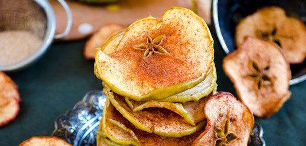 Lekker gezond snacken met deze appel kaneel chips. En omdat deze snack maar uit twee ingrediënten bestaat, zijn ze echt heel makkelijk om te maken!