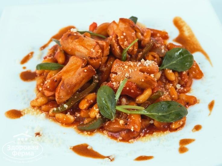 Сосиски с белой фасолью в томате http://zferma.ru/buyers/recipes/sosiski_s_fasoliu. За пять минут можно накормить семью полезным и вкусным обедом, если в холодильнике есть сосиски и фасоль. Такое блюдо обеспечит семью порцией растительного и животного белков, железом, кальцием и клетчаткой для здорового пищеварения, красоты и энергии.