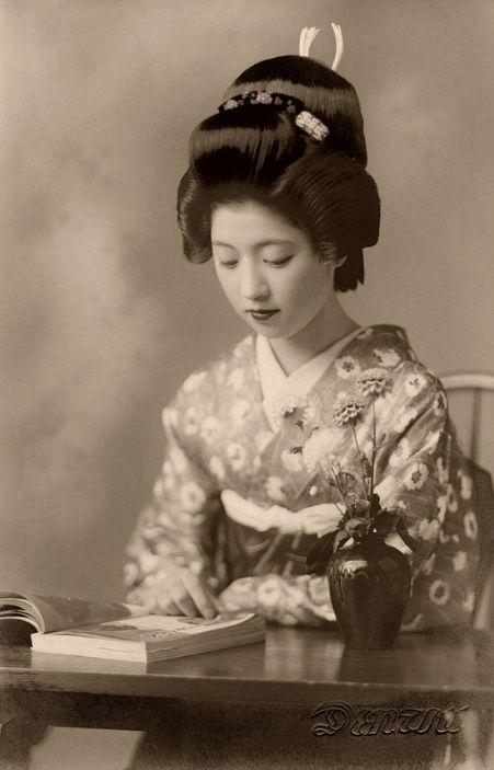 "kvetchlandia: ""Uncredited Photographer Geiko (Geisha from Western Japan) Toba Reading Book c.1938 """