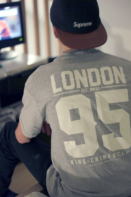 Street Style. Boy. Youth. Clean. Print. Big. Dope. LONDON 95. King. Supreme. Skate. Fashion. Clothing. Men. Outfit. Daily. Simple. Tee & Jeans. White & Grey. Cap. Video Game.