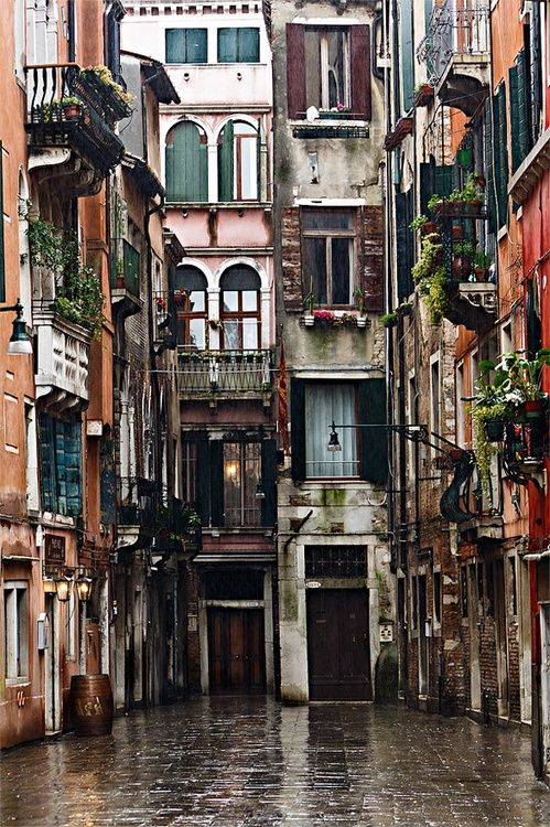 Rainy Day, Venice, Italy. I could see myself living in that little nook in the world :)♥