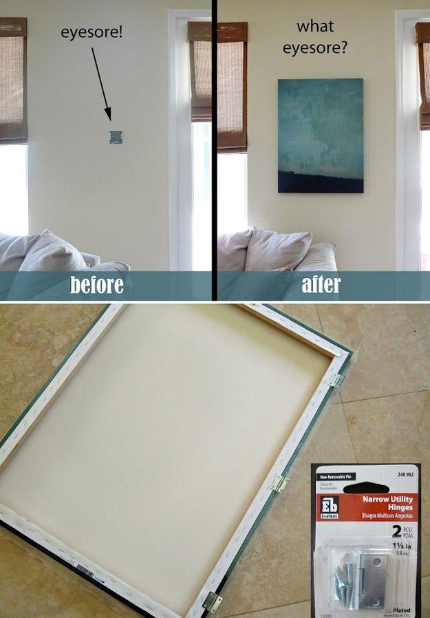 Del mismo modo, esconde un termostato o una alarma residencial con un lienzo que gire sobre bisagras. | 36 formas geniales de esconder las monstruosidades en tu casa