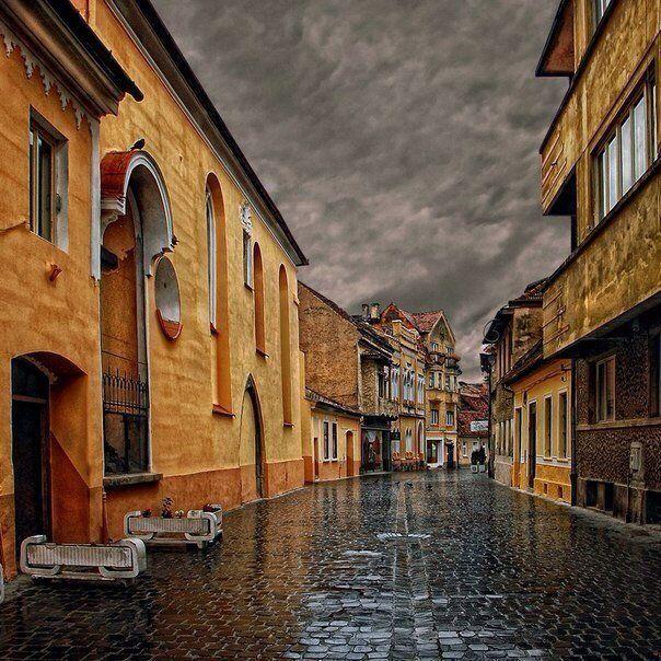 Дождливый день в городе Брашов, Румыния