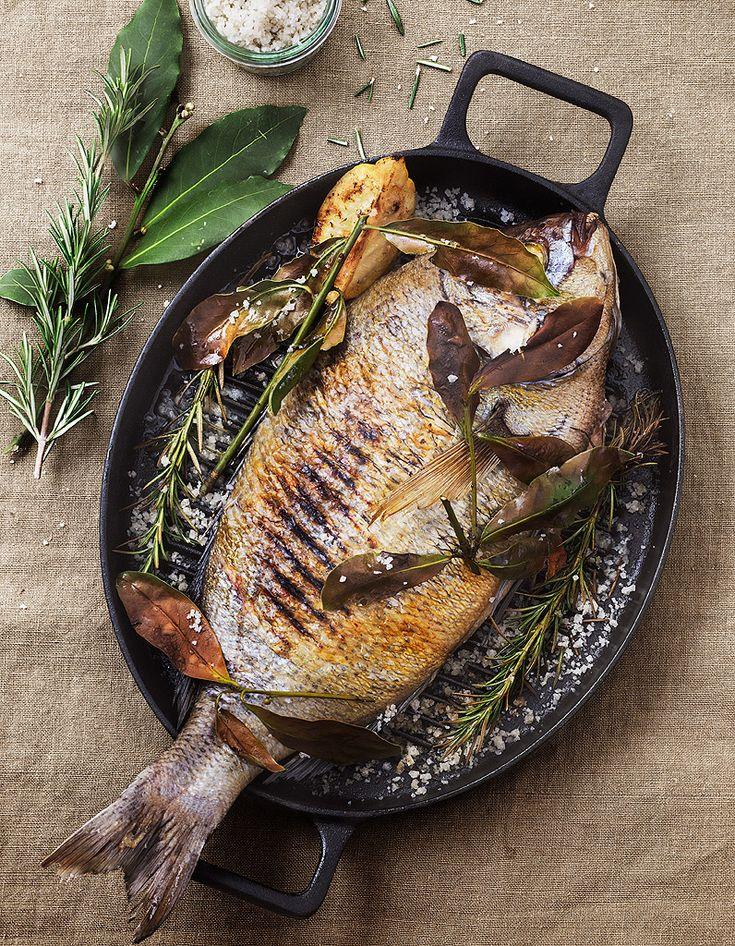 Recette Daurade grillée thym et laurier : Demandez à votre poissonnier de vider la daurade mais de ne pas la gratter. Rincez-la et épongez-la.Préchauffez le...
