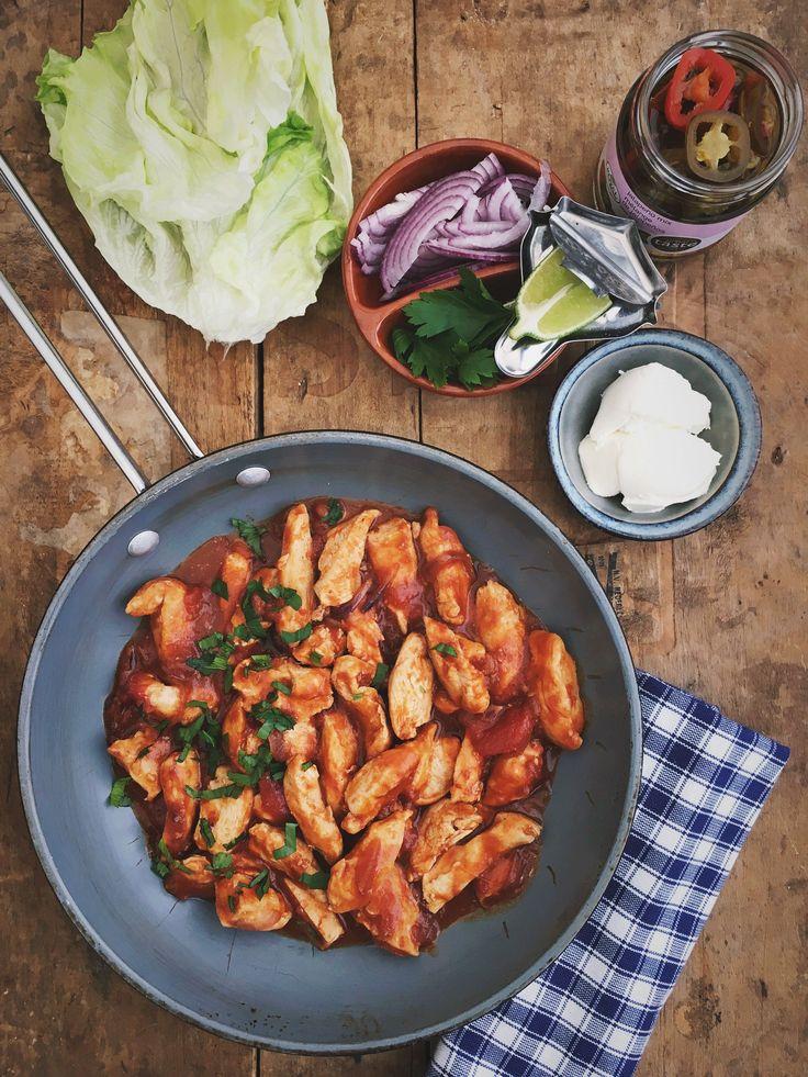 Pittige kip in sla wrap een heerlijk gerecht, simpel en smaakvol en echt een favoriet hier. De pit in dit gerecht komt van de chipotle pasta, een rokerige pittige saus. Lekker met limoen en zure room.