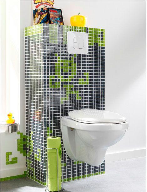 toilette design et tendance avec cuvette wc suspendu blanche sur colonne carrelée faience noir et vert qui dissimule colonne chasse d'eau et...