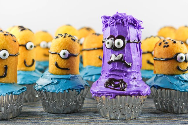Bring Despicable Me minions to life in the form of these adorable (and easy to make) cupcakes! | pipandebby.com #minioncupcakes #despicableme