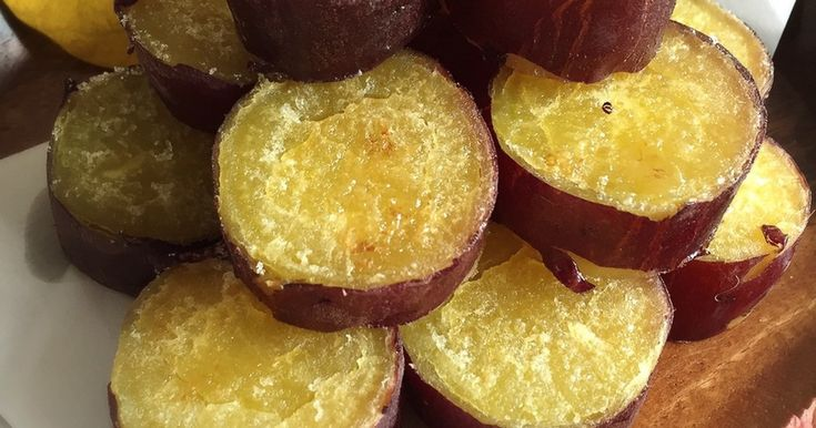 子供達の争奪戦になる給食メニュー。蒸したお芋を輪切りにして砂糖とバターを乗せて焼くだけ。お口の中でスイートポテトが完成♡