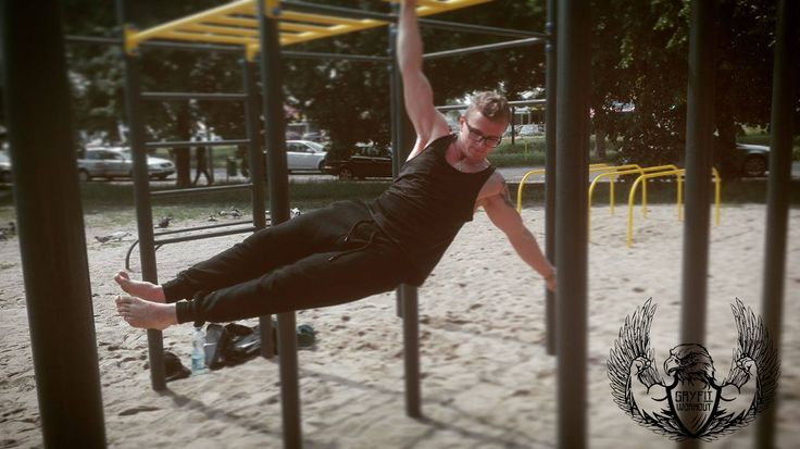One arm front lever