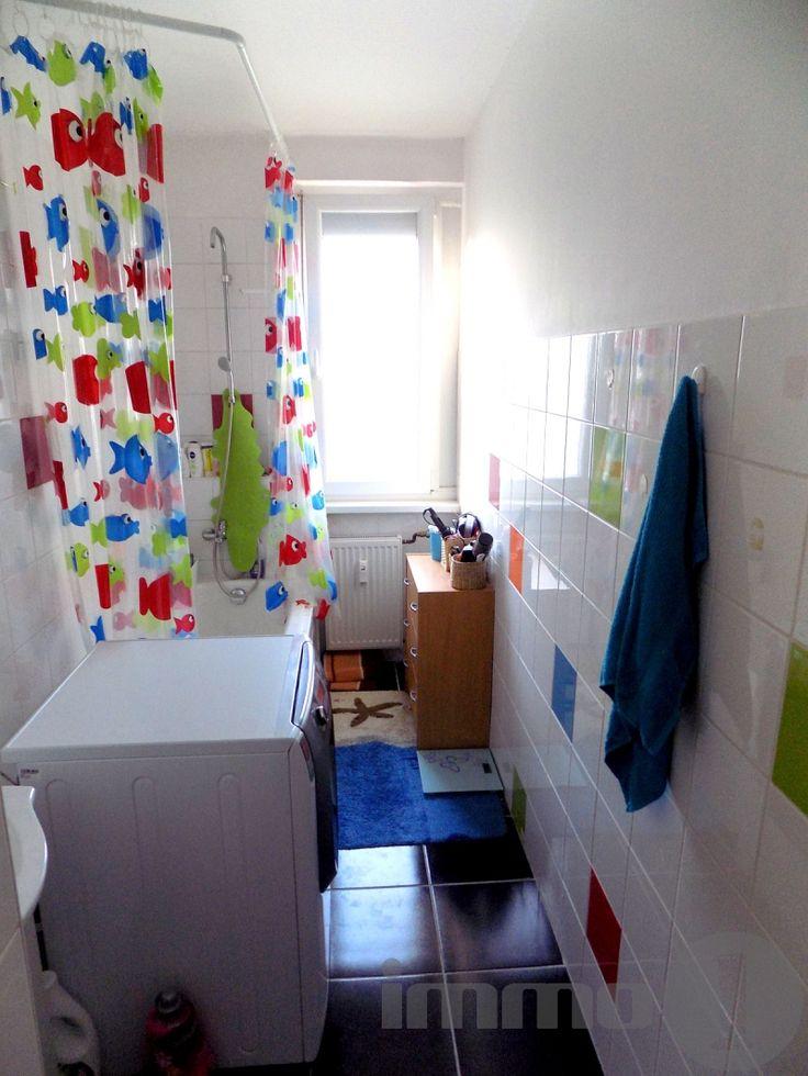 IV. kerületben Újpest városközpontban, 5 perc sétára a metró megállótól, eladó egy emeleti fiatalosan felújított, cserélt nyílászárós, szúnyoghálós, új biztonsági ajtós,  fűtés korszerűsített, 1+2 szobás színes vidám panel lakás.