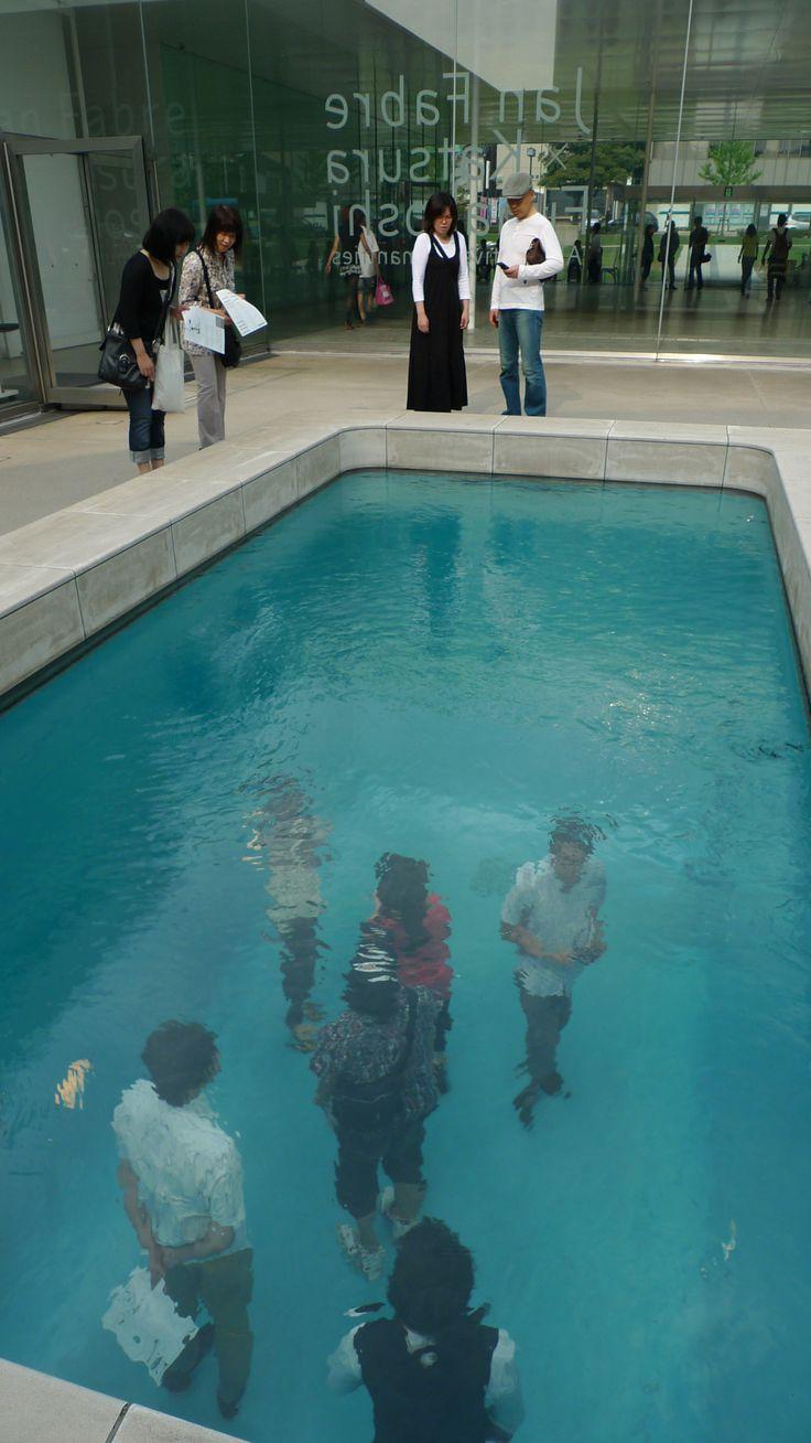 En la piscina, sin ropa y sin mojarte!!! Esto es increíble!!