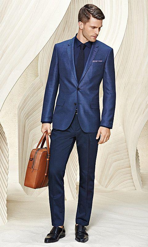 Blauer Anzug mit Hemd und braune Tasche für Herren vonBOSS